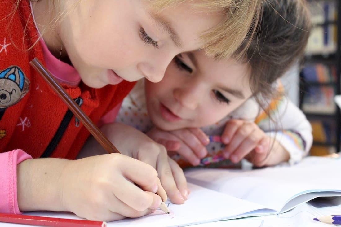 Kinderen tekenen in schrift